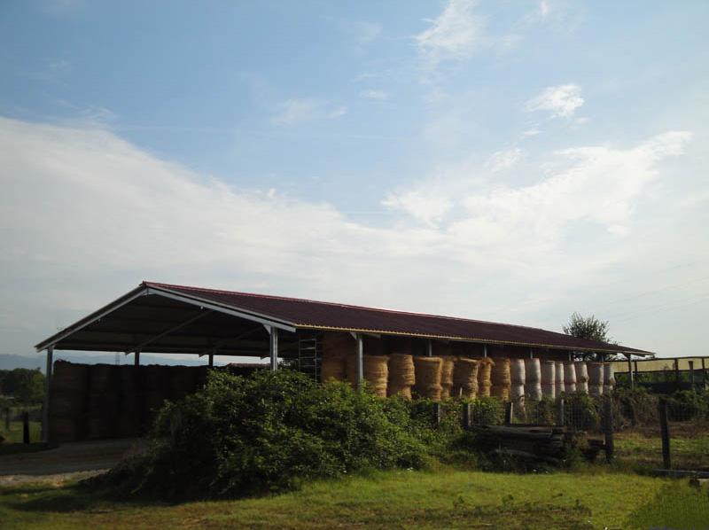 tettoia con struttura in ferro zincato utilizzata come rimessa per fieno