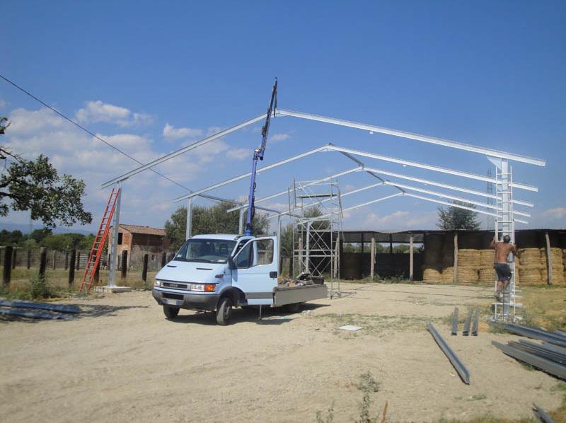 montaggio della struttura per un maneggio cavalli, una volta ultimato sarà un maneggio coperto