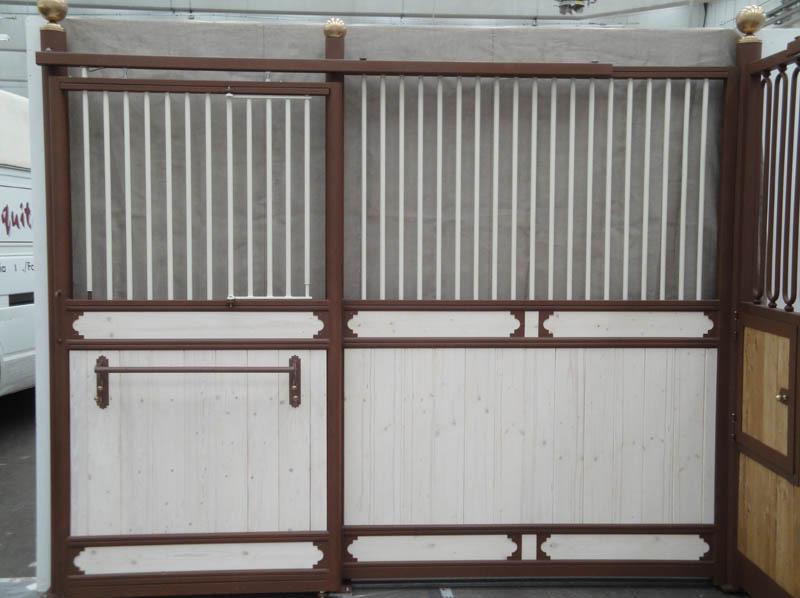 frontale box per cavalli rifinito in legno