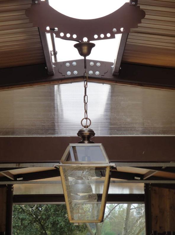 particolare di scuderia per cavallo con vari agganci per lampade in ferro verniciato