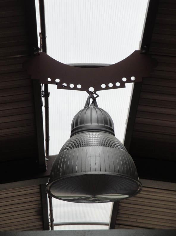 particolare di scuderia per cavallo con vari agganci per lampade