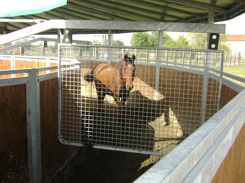 particolare di una giostra da lavoro per cavallo con copertura in PVC