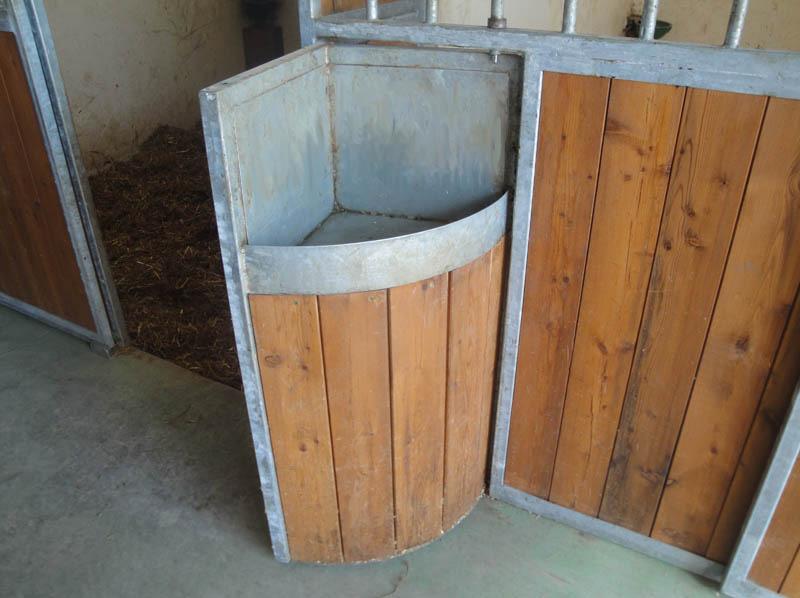 particolare sportello box per cavalli mangiatoia