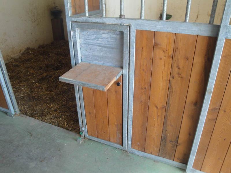 particolare sportello box per cavalli piano di appoggio