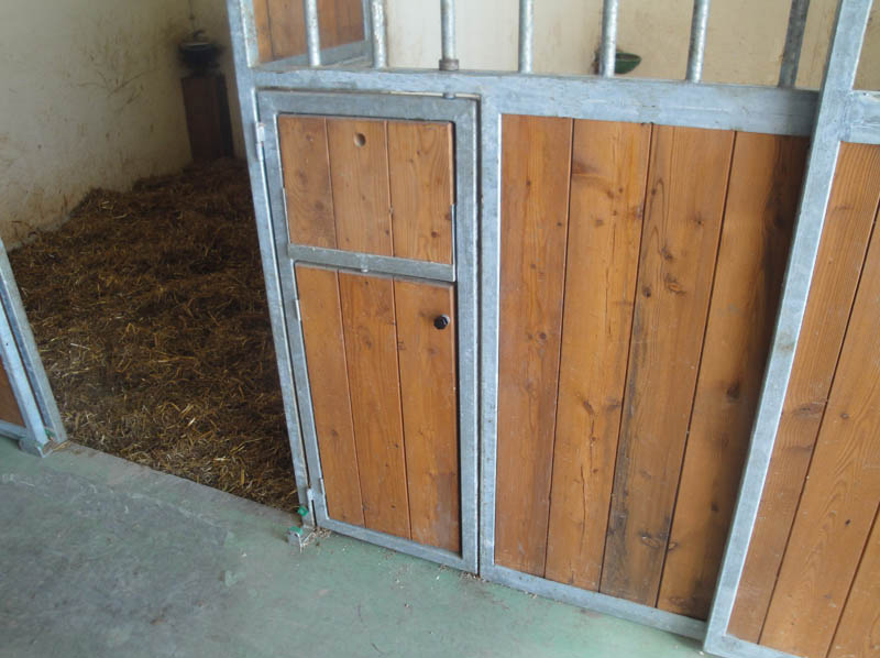 particolare sportello box per cavalli vari utilizzi