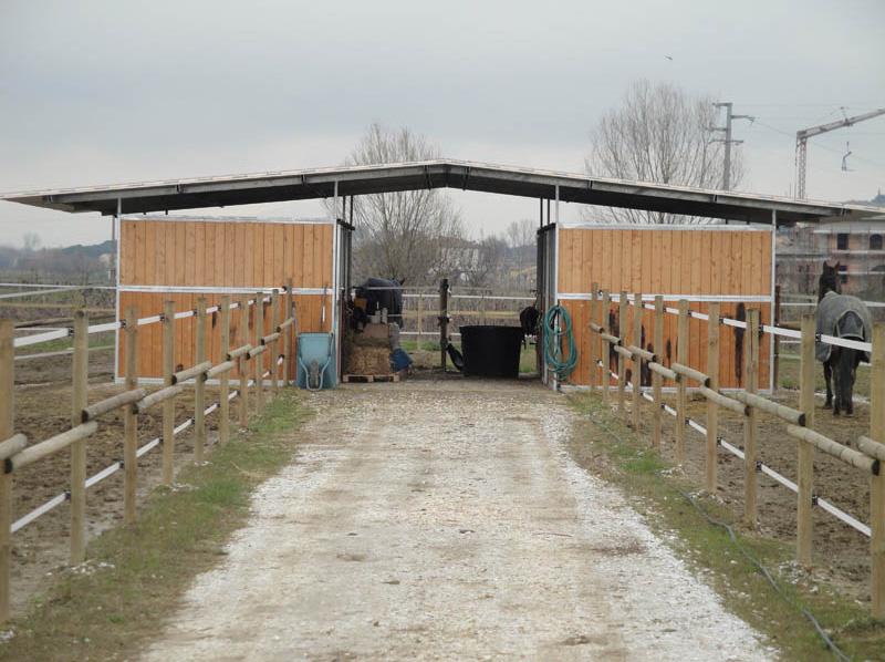 piccola scuderia in legno e ferro zincato da quattro cavalli