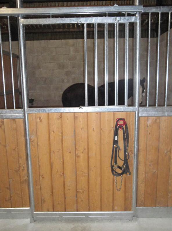 porta scorrevole box per cavalli ferro e legno con apertura per la testa del cavallo