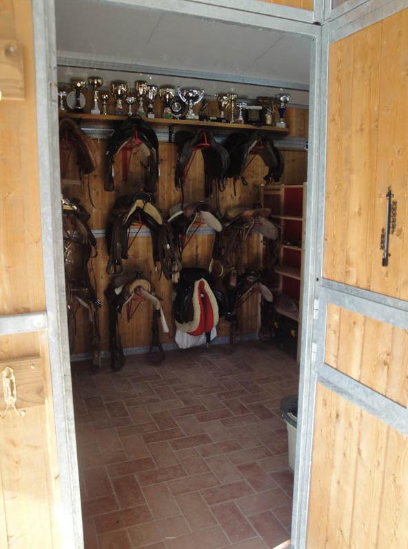 selleria con porta selle per cavalli